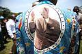 """Province de l'Ituri, RD Congo. Un homme revêt une chemise à l'effigie de Patrice Lumumba, l'une des principales figures de l'indépendance du pays et considéré comme le premier """"héros national"""" de la RD Congo. (23784185903).jpg"""