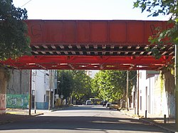 Puente del FCGR sobre la calle San Martín (Avellaneda) desde el sur.JPG