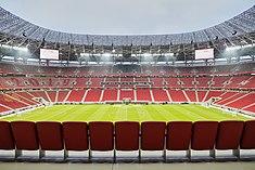 Photographie de l'intérieur d'un stade de football moderne;  les gradins sont pleins de spectateurs