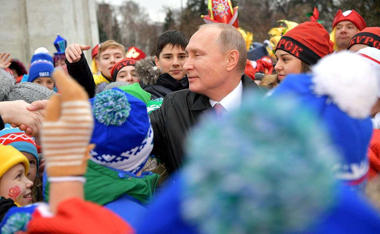 Putin with children 2017-12-26 02.jpg