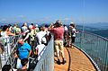 Pyramidenkogel-Aussichtsturm Besucher auf Plattform 21062013 433.jpg