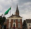 Raadhuis Kerk met groen-witte vlag in Princenhage.jpg