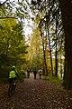 Randonneurs sur le tapis de feuilles (22233396783).jpg