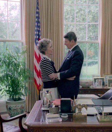 Reagans talking in Oval Office cropped