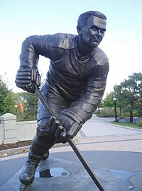 A bronze statue of Richard in full uniform and a skating pose