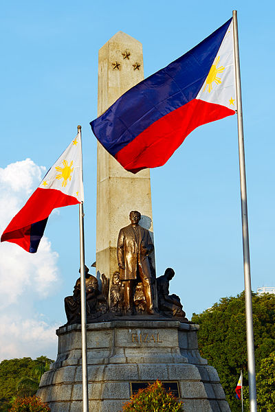 File:Rizal Monument and the Philippine National Flag.jpg