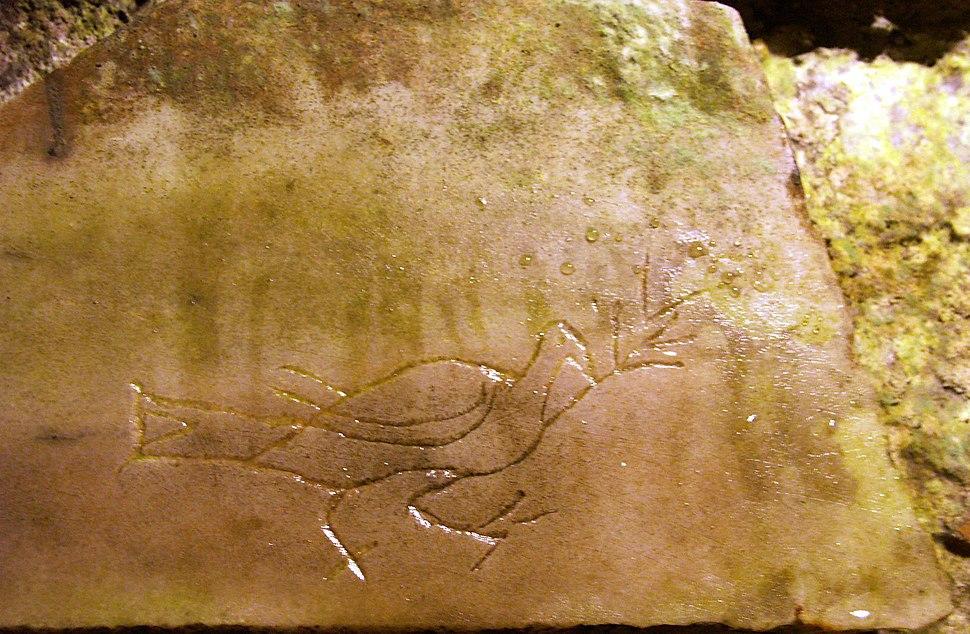 Rom, Domitilla-Katakomben, Steintafel mit Taube und Ölzweig