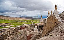 Il monastero di Sakya, in Tibet, ora parzialmente ricostruito, è uno degli oltre seimila monasteri tibetani distrutti dai cinesi dopo la conquista del paese[2].