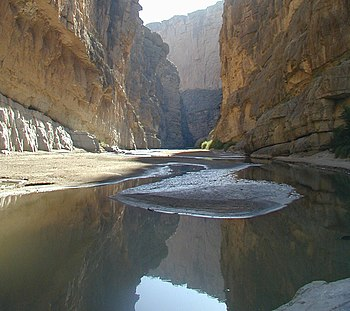 English: The Rio Grande, separating Mexico fro...
