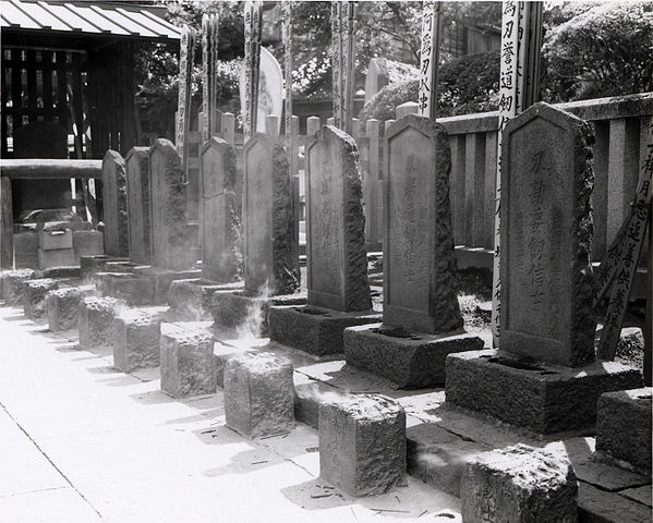http://upload.wikimedia.org/wikipedia/commons/thumb/3/35/Sengakuji_Ronin_Graves.jpg/599px-Sengakuji_Ronin_Graves.jpg?uselang=ru