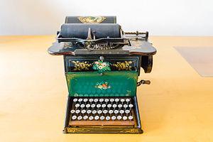 Sholes and Glidden typewriter - Image: Sholes and Glidden Schreibmaschine 01