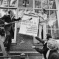 Sieto Hoving, Jos Brink, Frank Sanders en Marijke Hoving plakken affiches bij …, Bestanddeelnr 929-3050.jpg