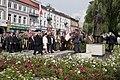 Składanie wieńców przez Beatę Szydło i delegację pod pomnikiem Lecha i Marii Kaczyńskich.jpg