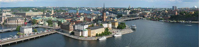 Vy over Stockholm fra rådhuset mod øst med Riddersholmen i forgrunden og Kungliga slottet til venstre.   Foto fra 2005.