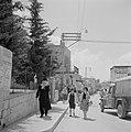 Straatbeeld in Safad met een vrachtwagen en telefoonpalen en met links op de voo, Bestanddeelnr 255-3995.jpg