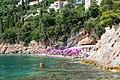 Strand Sveti Jakov zwischen Klippen in Dubrovnik, Kroatien (48738631163).jpg