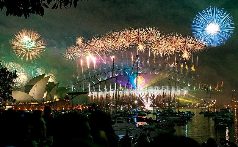 پرونده:Sydney habour bridge & opera house fireworks new year eve 2008.jpg