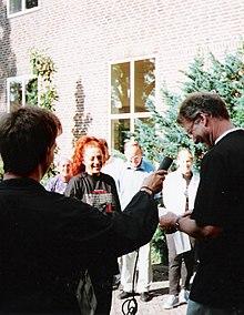 Sylvia Millecam bij een onthulling op het Elzendaalcollege in Boxmeer, 1999.