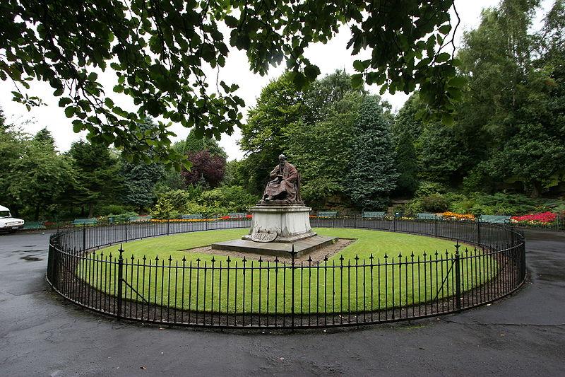 The memorial of William Thomson, 1st Baron Kelvin, University of Glasgow.jpg