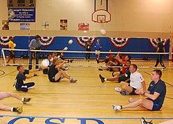 Волейбол сидя Википедия Тренировка волейболистов в Морском медицинском центре Сан Диего