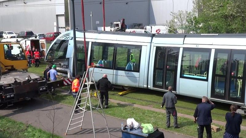 File:Valenciennes & Anzin - Déraillement de la rame de tramway n° 17 à la sortie du dépôt de Saint-Waast le 11 avril 2014 (048A).ogv