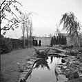 Van de Polls stiefdochters Renée en Hans en een onbekende vrouw in de tuin van d, Bestanddeelnr 252-1914.jpg