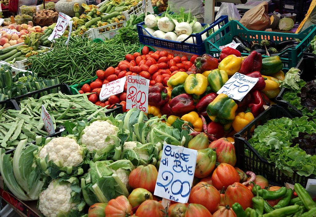 Marché alimentaire du Mercato Orientale à Gênes en Italie.