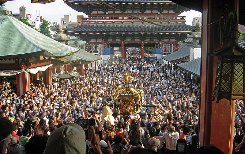 https://upload.wikimedia.org/wikipedia/commons/thumb/3/35/View_of_mikoshi_from_sensoji_Sanja_Matsuri_2006-3.jpg/800px-View_of_mikoshi_from_sensoji_Sanja_Matsuri_2006-3.jpg
