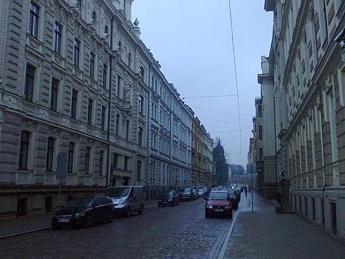 https://upload.wikimedia.org/wikipedia/commons/thumb/3/35/Vilandes_street_in_Riga.jpg/500px-Vilandes_street_in_Riga.jpg