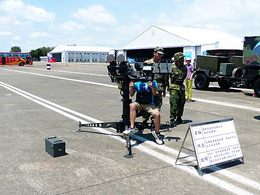 Visitor Operate FIM-92 Stinger Twin Launchers with Soldier 20130810b