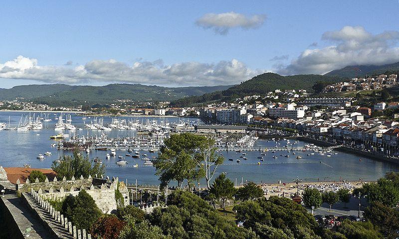 Archivo:Vista do porto de Baiona desde Monterreal-cropped.jpg