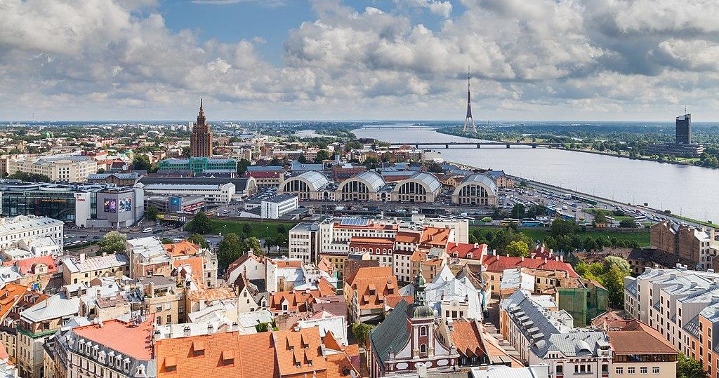 Vue sur Riga avec les hangars du marché central - Photo de Diego Delso