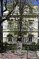 Vue de la façade sud de l'ancienne chambre de commerce et d'industrie de saint etienne et homme à la panthère.jpg