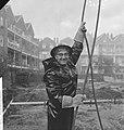 Wethouder R. Langerak heit eerste paal voor jeugdherberg aan de Rochussenstraat , Bestanddeelnr 913-1079.jpg