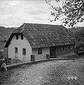 Zapuščena hiša v Žužemberku, krita s šinklni 1957.jpg