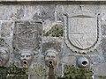 044 Caños de San Francisco (Avilés), detall amb l'escut de la ciutat i les armes reials.jpg