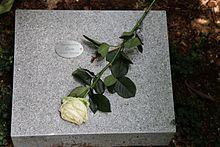 Die Letzte Ruhestätte Von Roger Cicero Auf Dem Friedhof Ohlsdorf In Hamburg