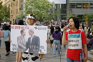 한국어: 닉네임 샛길님이 이용 허락을 내려주신 2008년 5월 3일 청계광장 미국산...