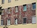 1210 Floridsdorfer Hauptstraße 21 - Floridus-Hof - Sgraffito Darstellung der Floridsdorfer Bezirkgsgeschichte 1955 IMG 2140.jpg