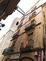 179 Ca Català, c. Sant Antoni 52 (Valls), al fons el campanar de Sant Antoni Abat.jpg