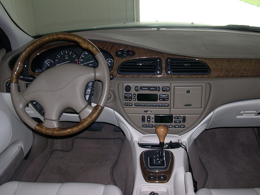 File 2001 jaguar s type dashboard jpg wikimedia commons for Jaguar x type interior parts
