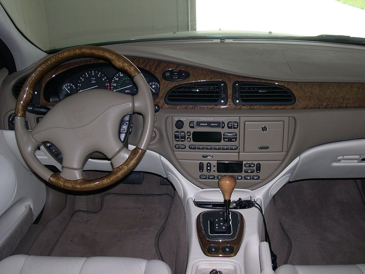 file:2001 jaguar s-type dashboard - wikimedia commons