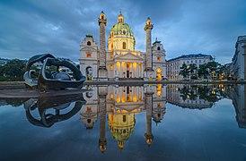 """2019 - Wiener Karlskirche mit Teich und """"Hill Arches"""" Skulptur am Abend.jpg"""