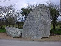 44 CHAUVE Hameau de la Croterie Menhir de Chevanou face Ouest.JPG