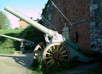 6-inch siege gun M1904 - Russian siege gun model 1904 displayed in front of Coastal Artillery Museum in Suomenlinna fortress, Helsinki.