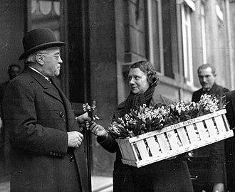 Премьер-министр Франции Альбер Сарро покупает 1 мая букетик ландышей. Во Франции первого мая отмечают День ландыша. До слияния с Днём труда в начале XX века праздник ландышей проходил в первое воскресенье мая[16].