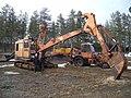 Anna och Nils vid sin 26 ton tunga lingrävare NCK 305 på 170 hk. Vitåfors maskinmuseum.JPG