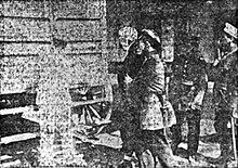 Antonio, ya con el vendaje en la cabeza, es conducido por soldados luego del atentado. Fotografía tomada el 14 de diciembre de 1914, y publicada al día siguiente en el diarioEl Mercurio.