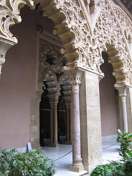 File:Arcos Polilobulados del Palacio de la Aljafería de Zaragoza.JPG