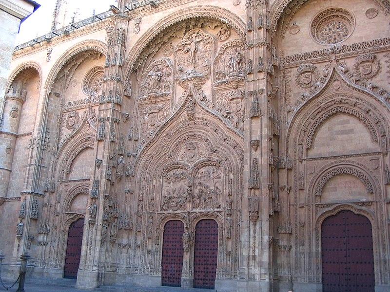 Archivo:Arcos en Fachada principal de la Catedral Nueva de Salamanca.JPG